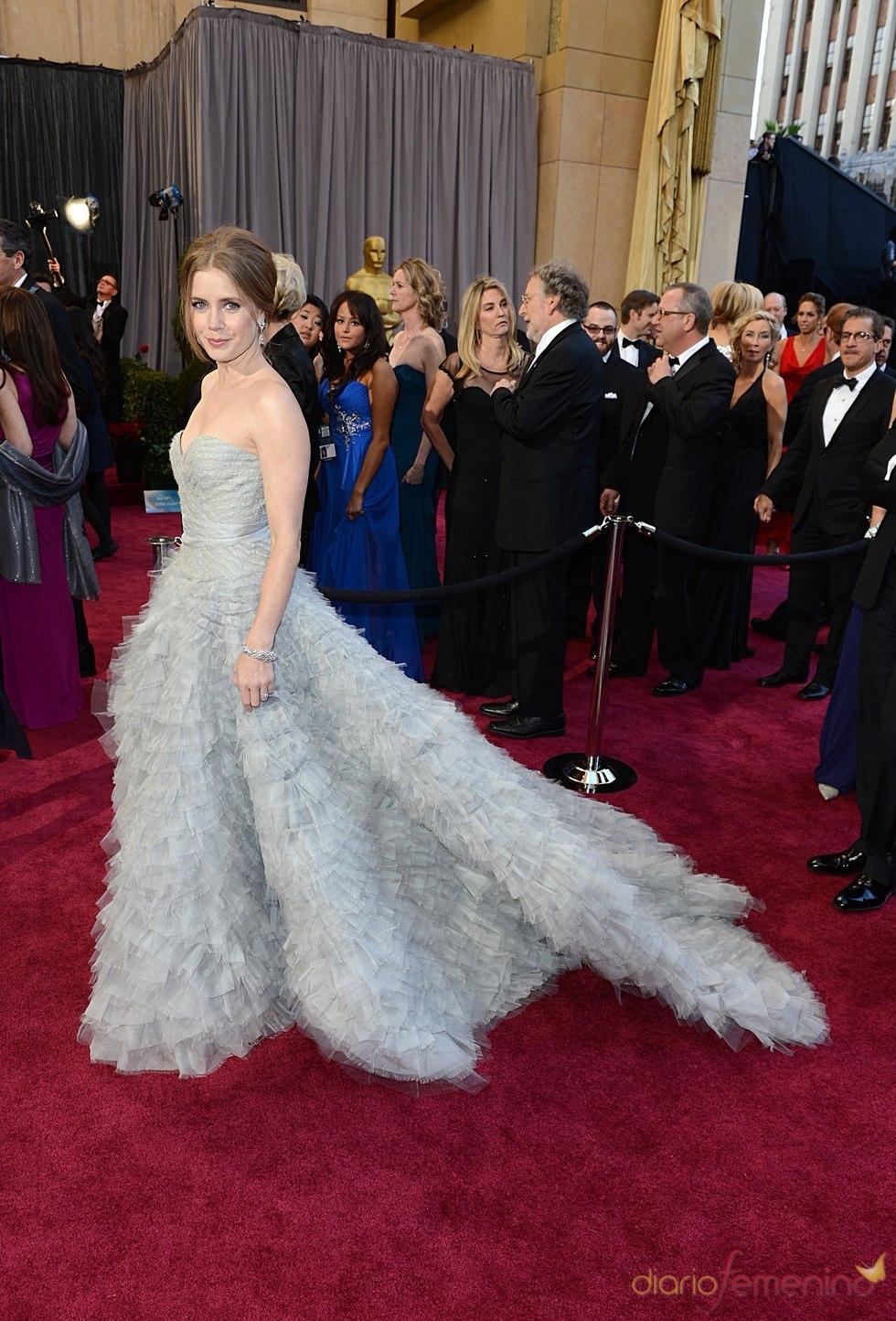 La actriz Amy Adams en la alfombra roja de los Oscars 2013