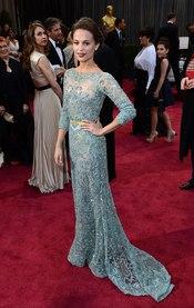 Alicia Vikander en la alfombra roja de los Oscars 2013