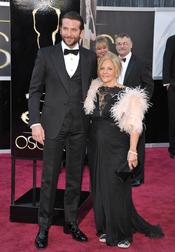 Bradley Cooper y Gloria Cooper de zapatillas en los Oscars 2013