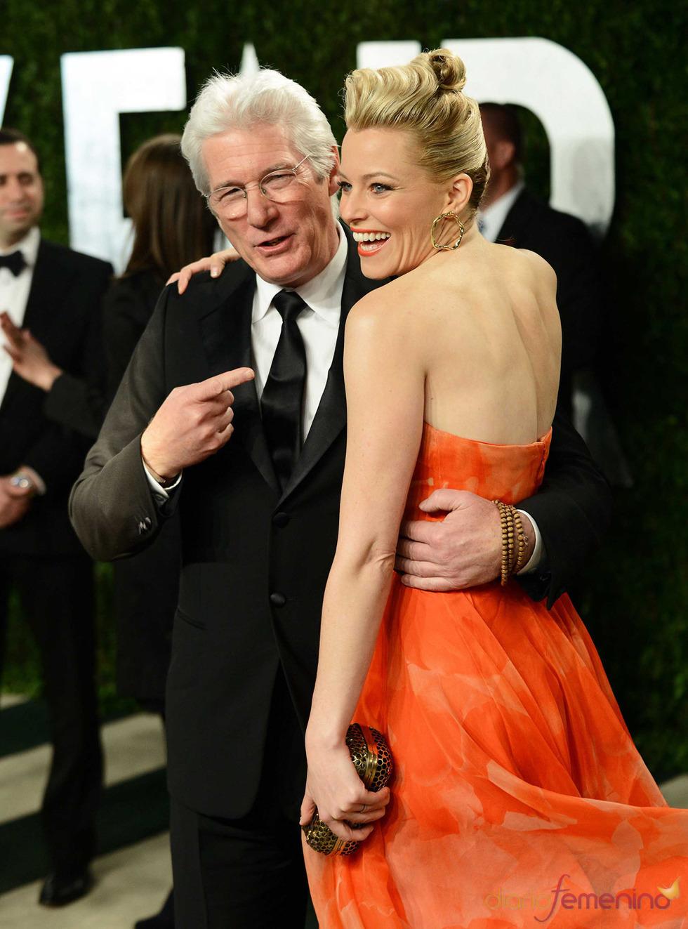 Elizabeth Banks y Richard Gere en la fiesta de Vanity celebrada tras los Oscar 2013