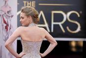 Amanda Seyfried luce espalda en la alfombra roja de los Oscar 2013