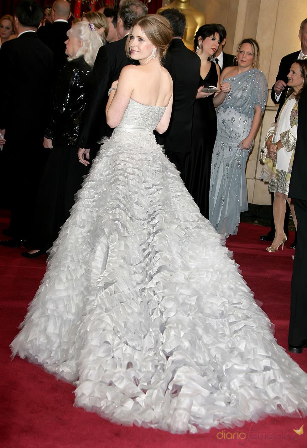 Amy Addams luce espalda en la alfombra roja de los Oscar 2013