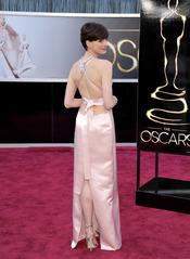 Anne Hathaway luce espalda en la alfombra roja de los Oscar 2013