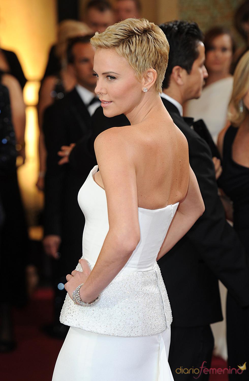 Charlize Theron luce espalda en la alfombra roja de los Oscar 2013