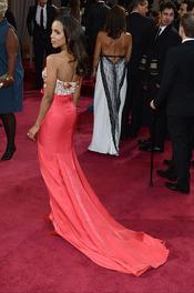 Kerry Washington luce espalda en la alfombra roja de los Oscar 2013