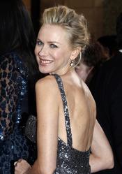 Naomi Watts luce espalda en la alfombra roja de los Oscar 2013