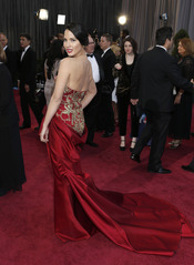 Olivia Munn luce espalda en la alfombra roja de los Oscar 2013
