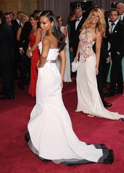Zoe Saldana luce espalda en la alfombra roja de los Oscar 2013