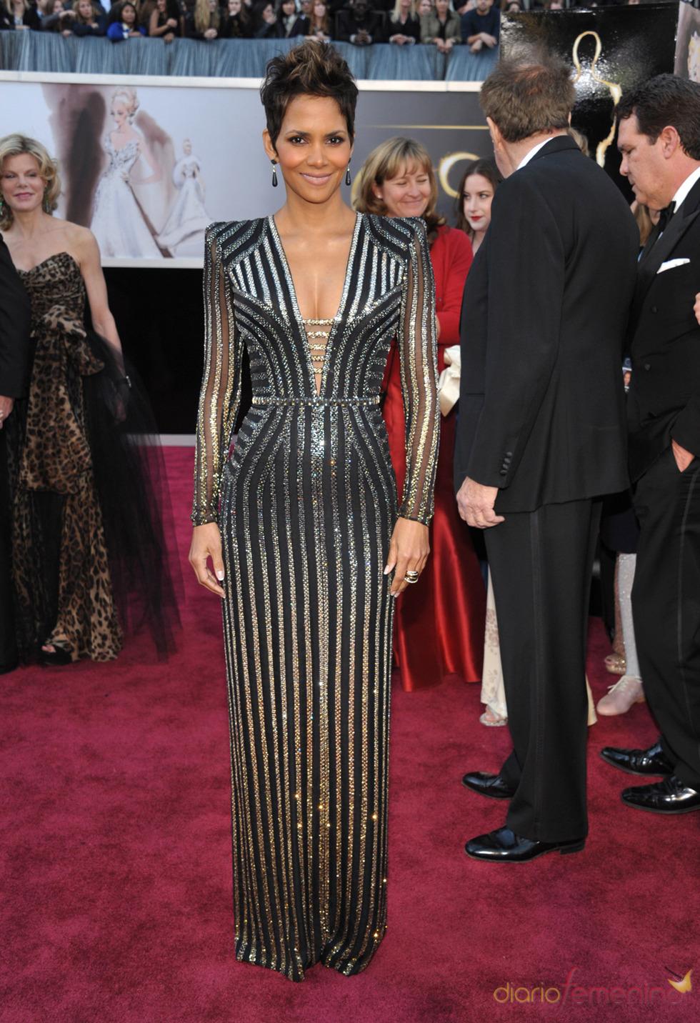 La actriz Halle Berry en la alfombra roja de los Oscars 2013