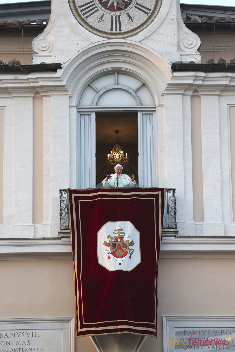 Benedicto XVI saluda desde su nueva residencia, Castel Gandolfo
