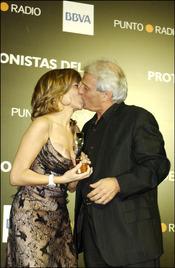Pepe Sancho besa su mujer Reyes Monforte
