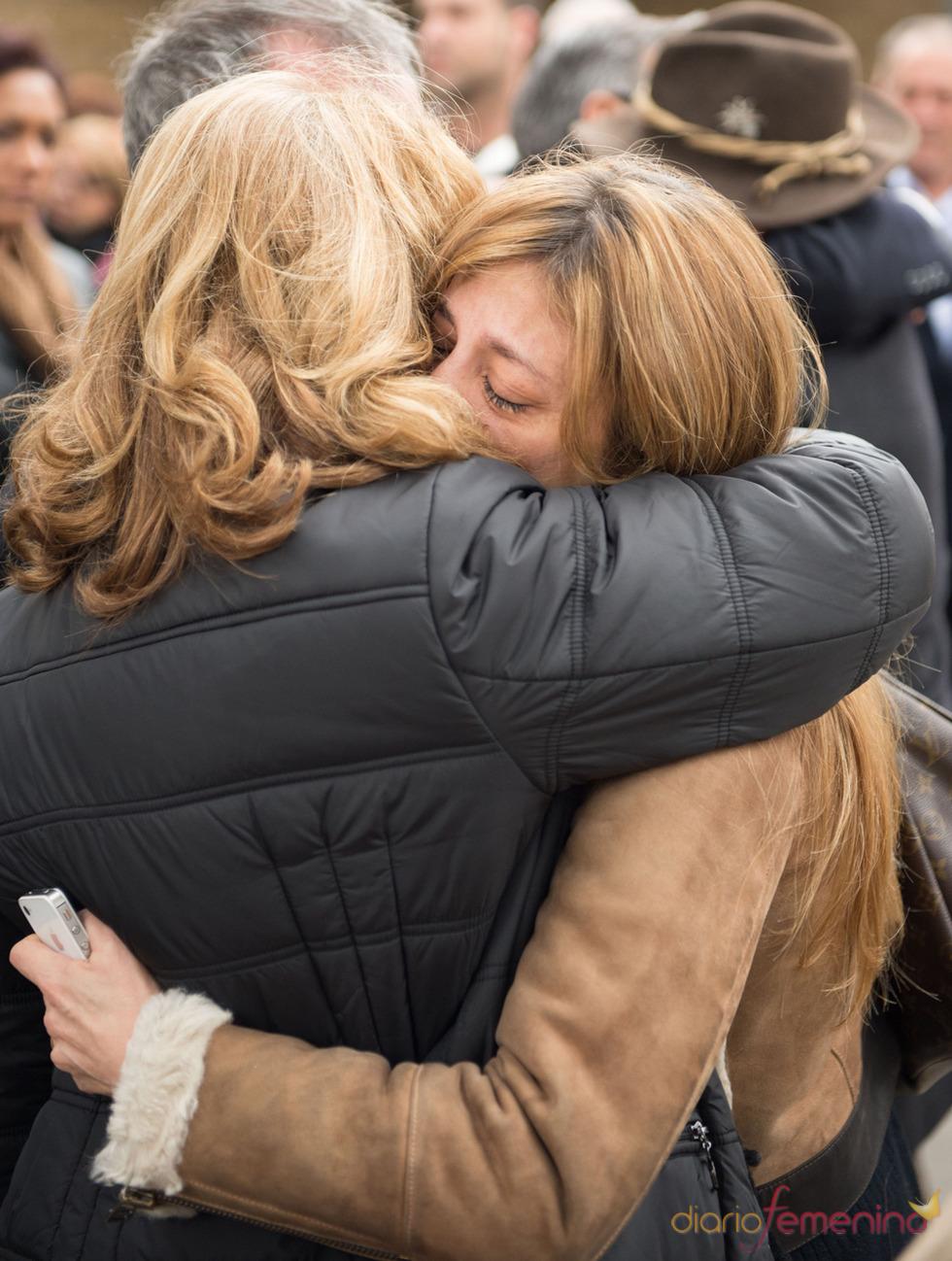 Reyes Monforte desconsolada en el entierro de Pepe Sancho