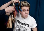 Niall Horan posa mientras toman medidas para su muñeco de cera