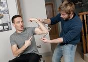 Liam Payne posa mientras toman medidas para su muñeco de cera