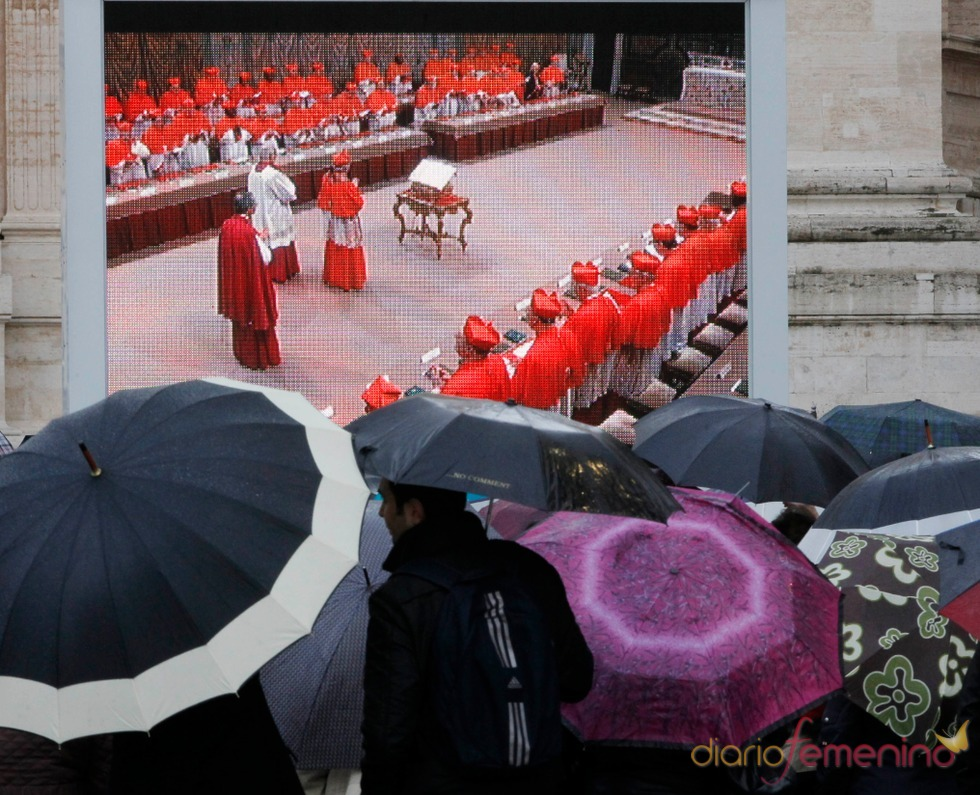 El camino del nuevo Papa: El Cónclave tiñe de rojo El Vaticano