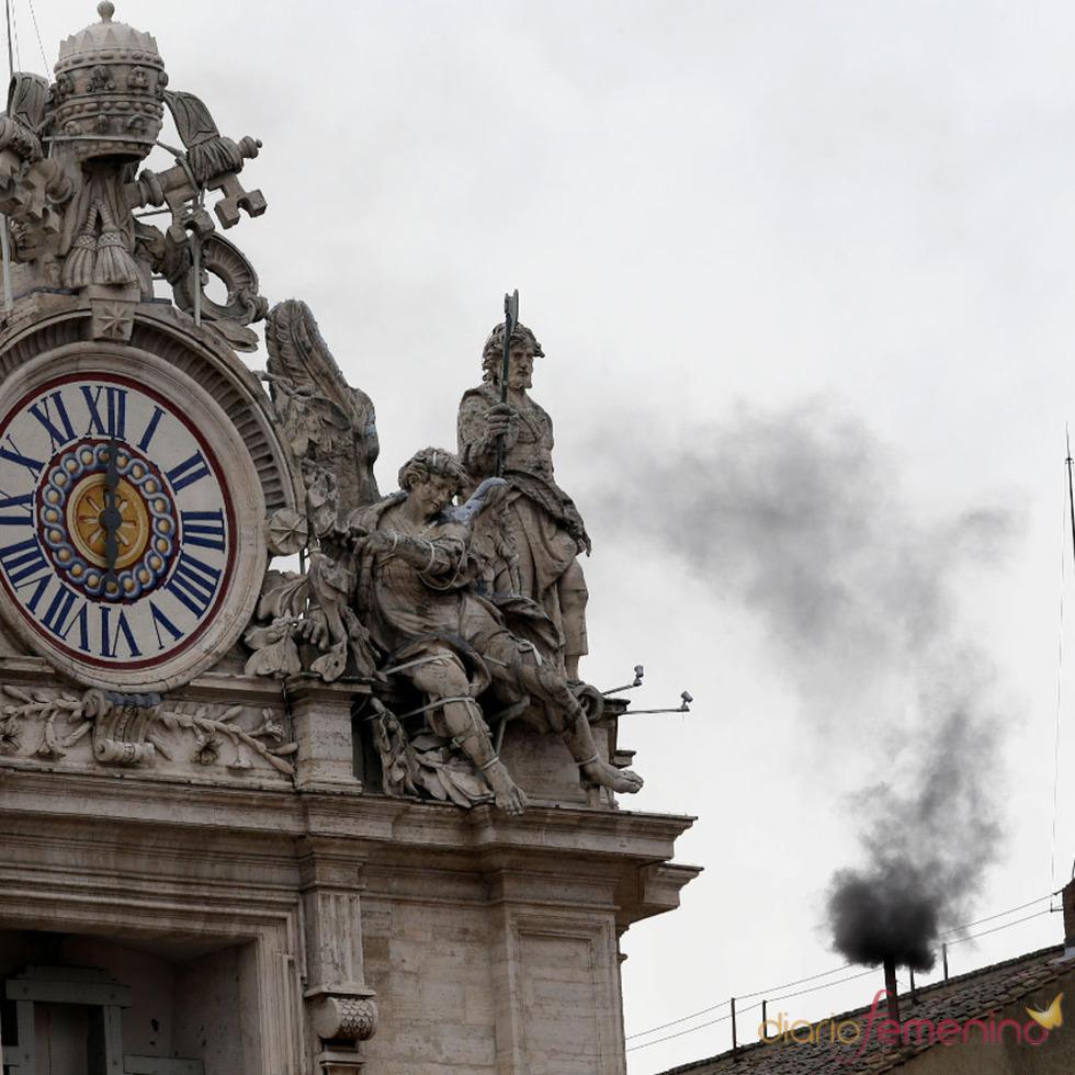 El camino del nuevo Papa: Fumatas negras en el Cónclave