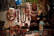 Bisutería y joyería hippie en el mercadillo de Las Dalias