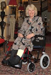 Camilla Parker Bowles en silla de ruedas