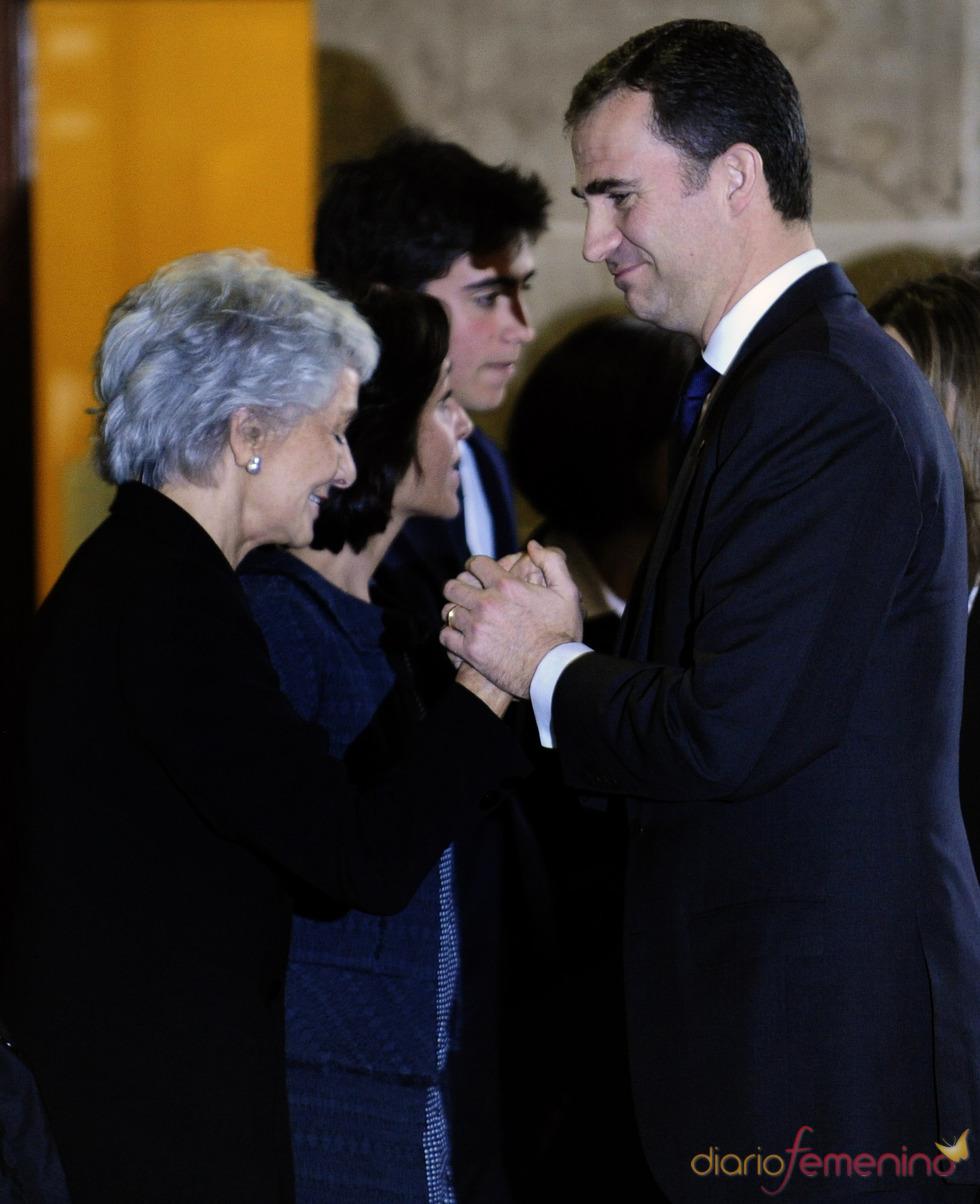 El príncipe Felipe consuela a la viuda de Samaranch
