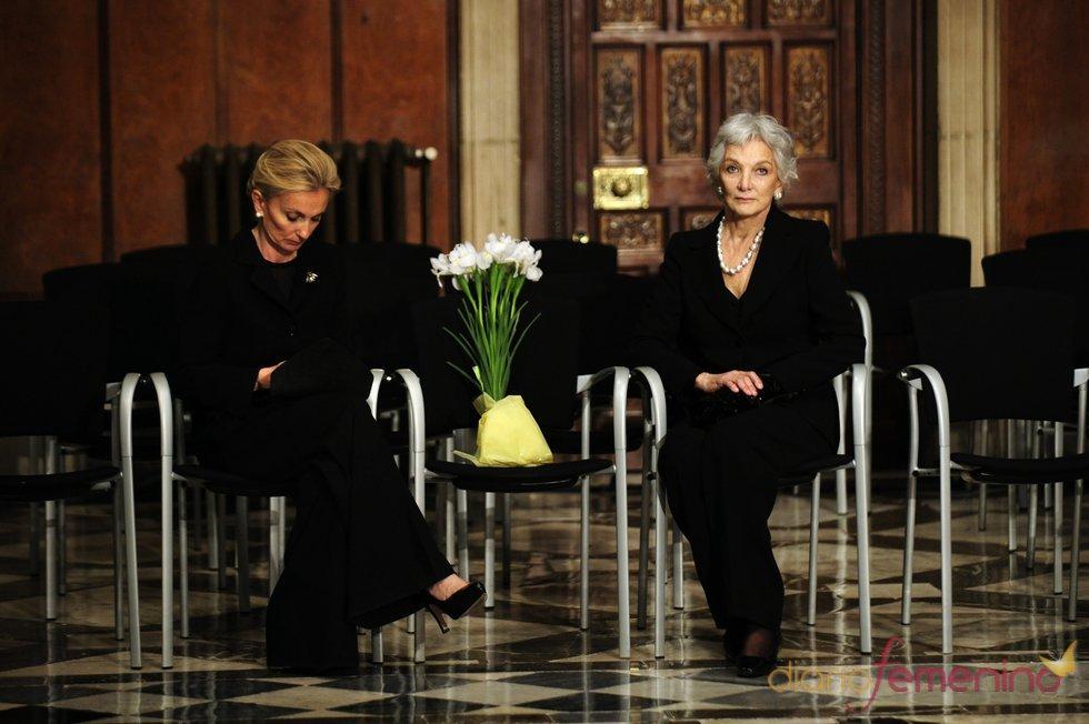 María Teresa Samaranch y Lluisa Sellent en la capilla ardiente