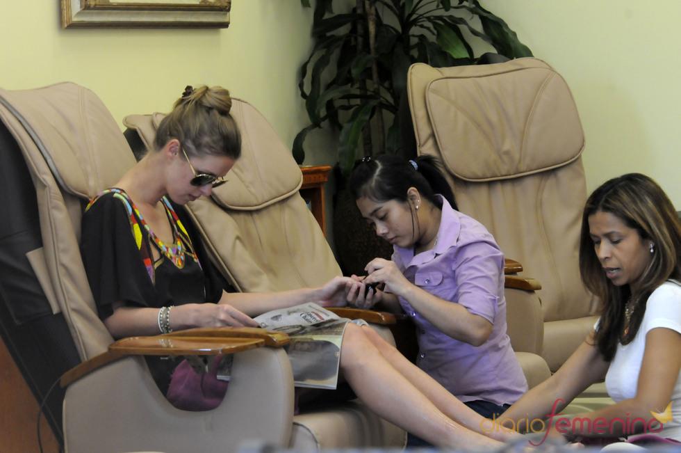 Nicky Hilton: manicura y pedicura dos por uno