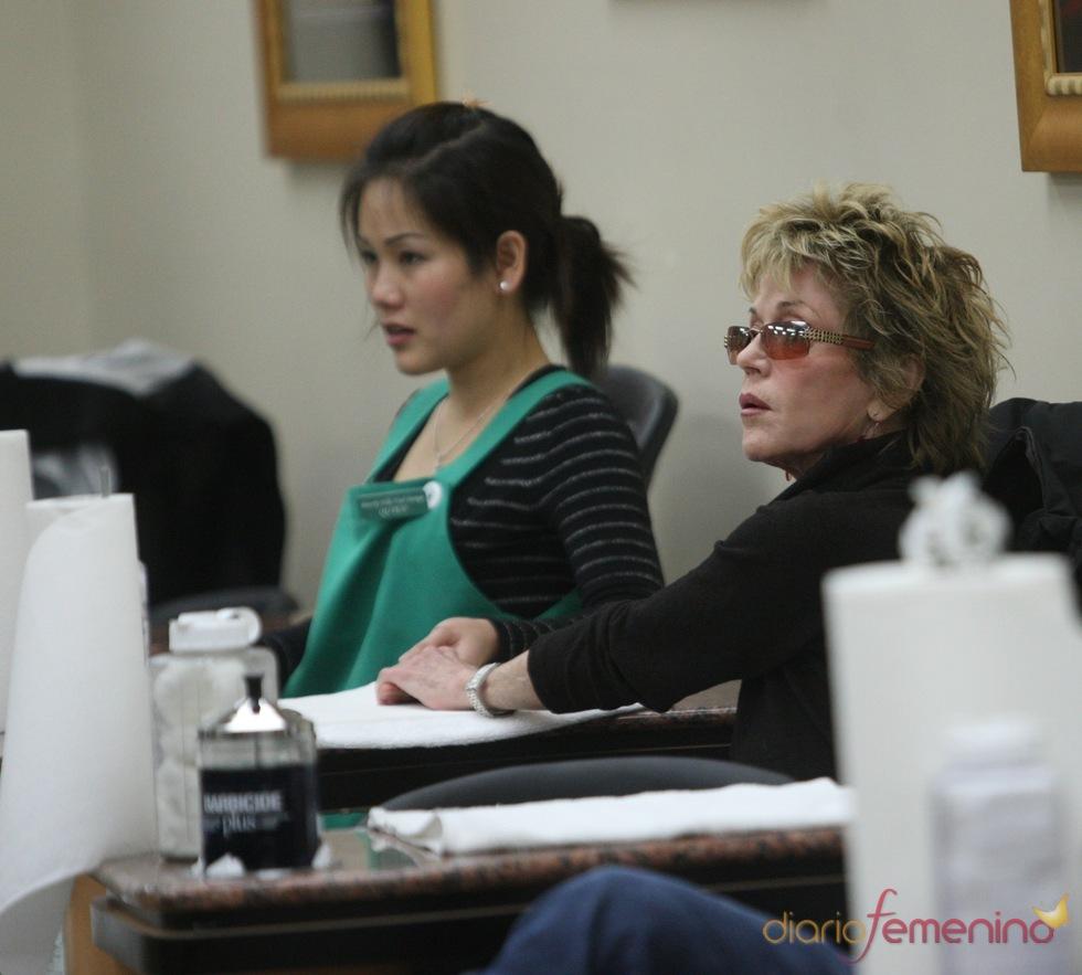 Jane Fonda en una sesión de manicura