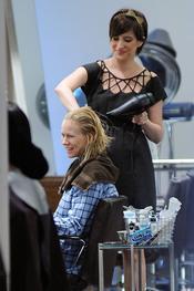 Naomi Watts, simpática hasta en la peluquería