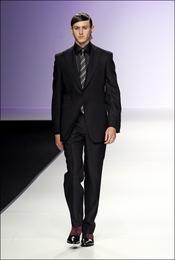 Nicolás Coronado de traje