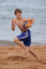 Justin Bieber corre con el balón