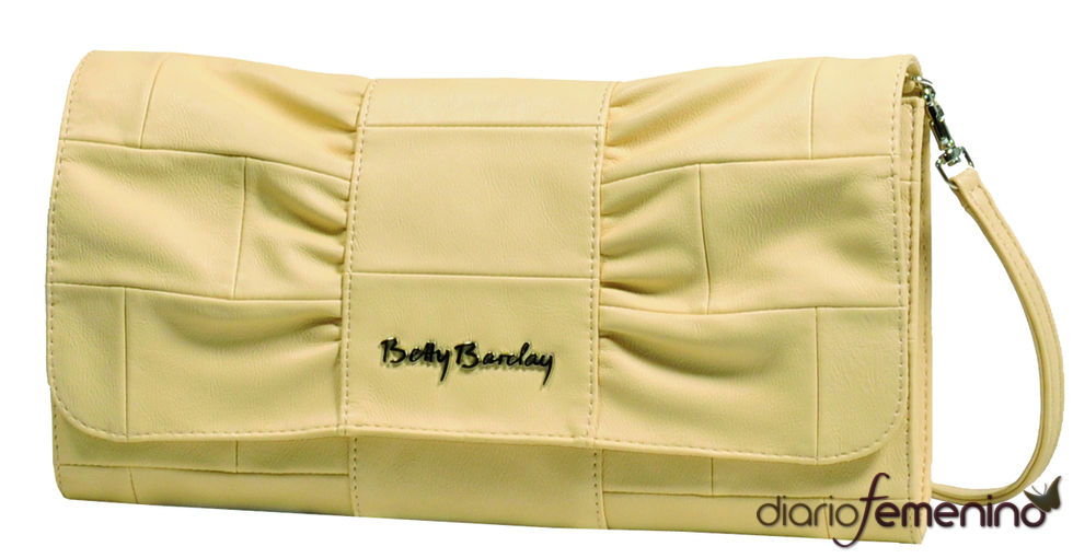Clutch en tono arena de Betty Barclay