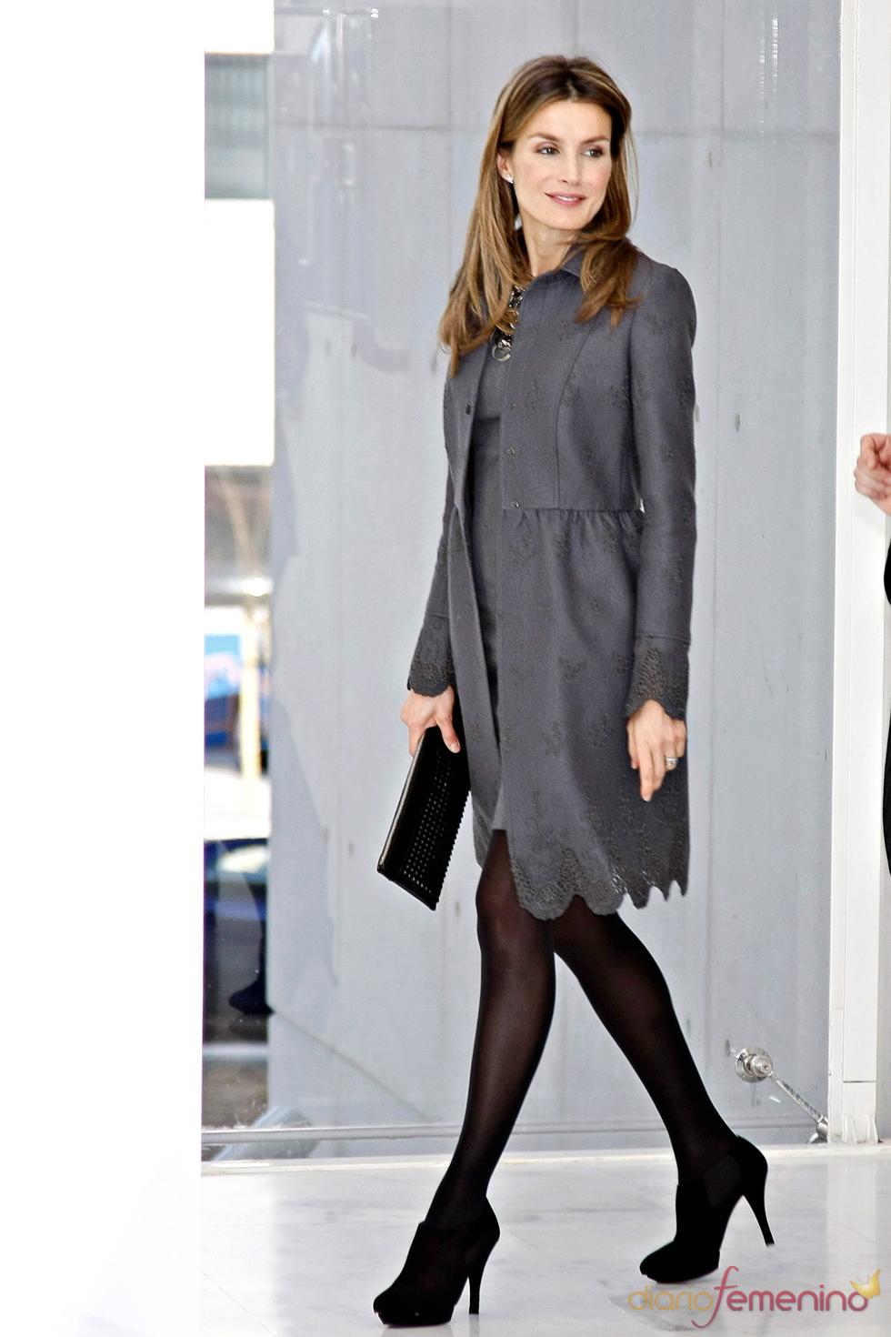 Doña Letizia se apunta a la moda de los clutch