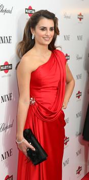 Penélope Cruz con un clutch negro