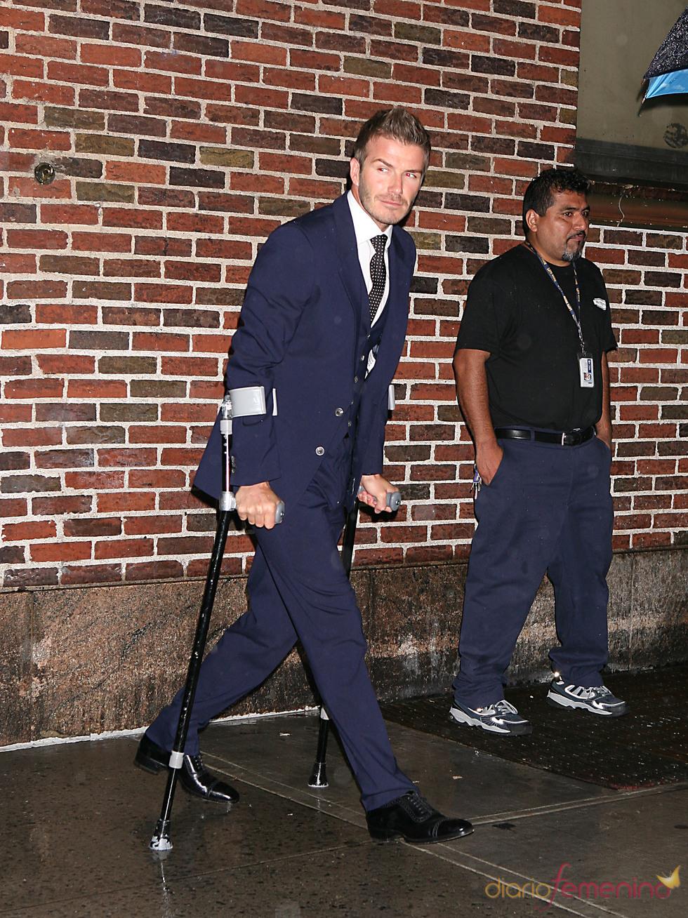 David Beckham con muletas