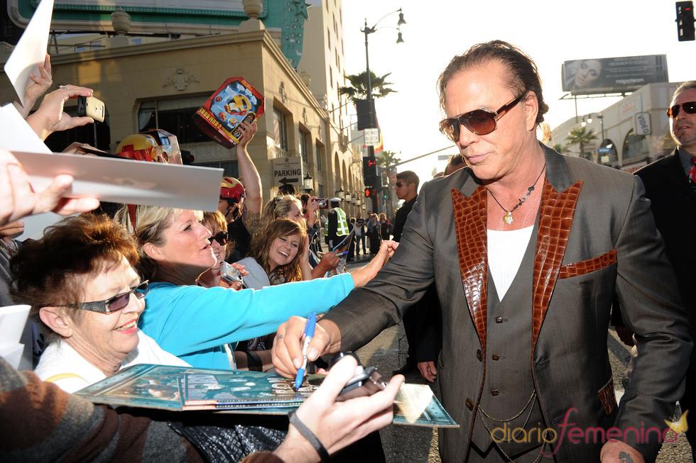 Mickey Rourke firma autógrafos en el estreno de 'Iron Man 2'