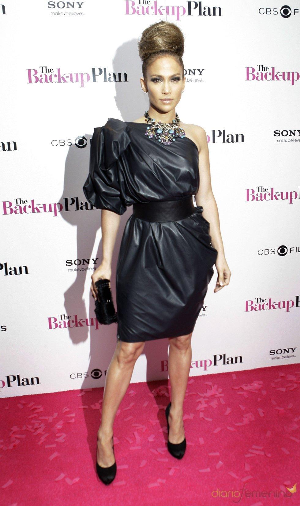 Jennifer Lopez, con vestido negro corto