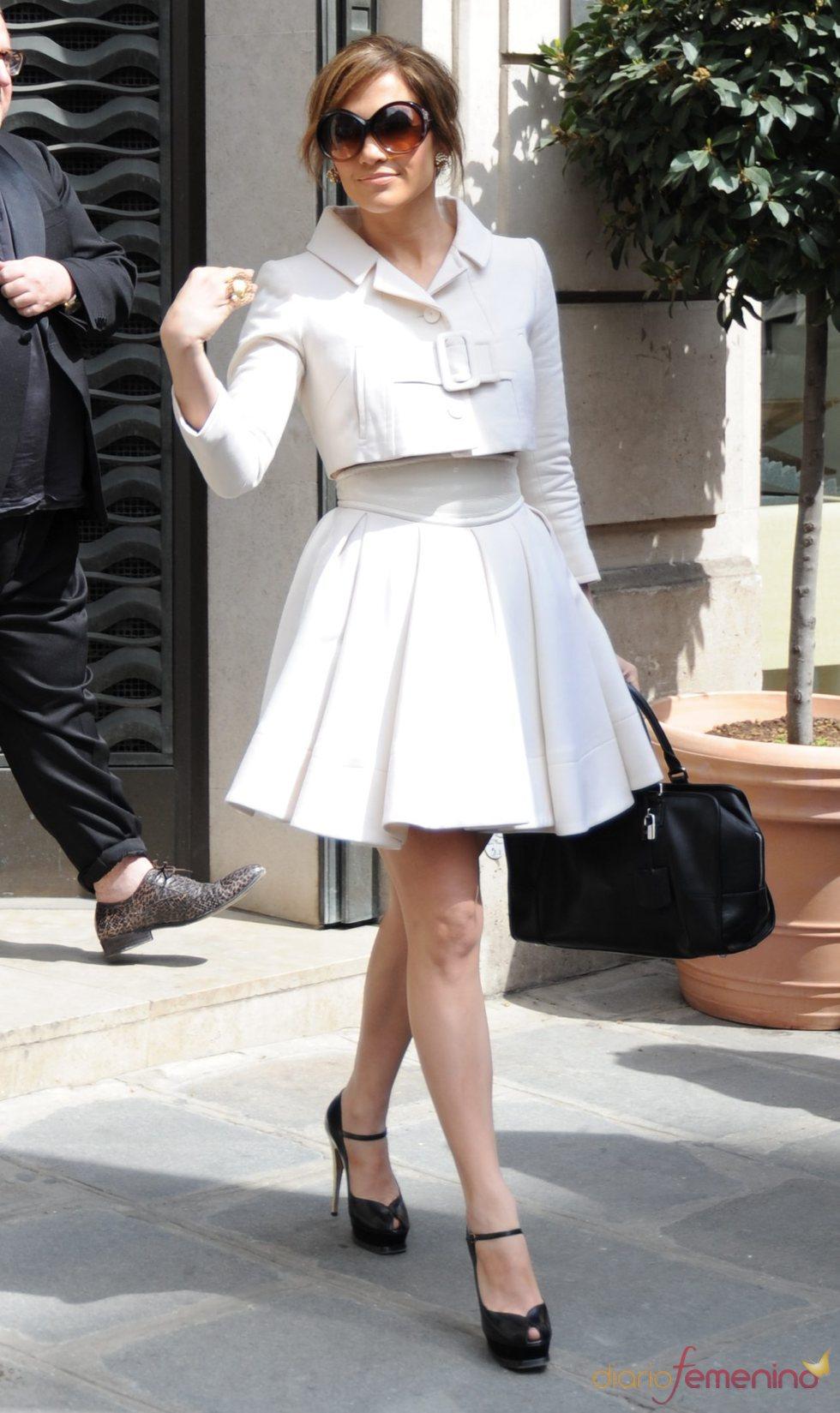 Jennifer Lopez, con un sofisticado conjunto blanco