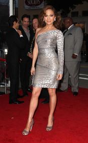 Jennifer Lopez, con vestido corto gris brillante