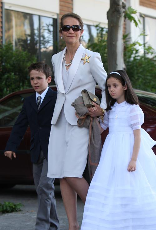 La Infanta Elena en la Primera Comunión de Victoria Federica
