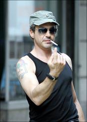 Robert Downey Jr. enseñando músculo
