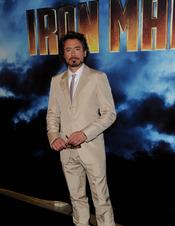 Robert Downey Jr. con traje de chaqueta y corbata