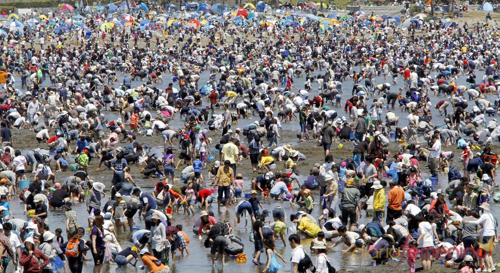 Playas masificadas en Yokohama, Japón
