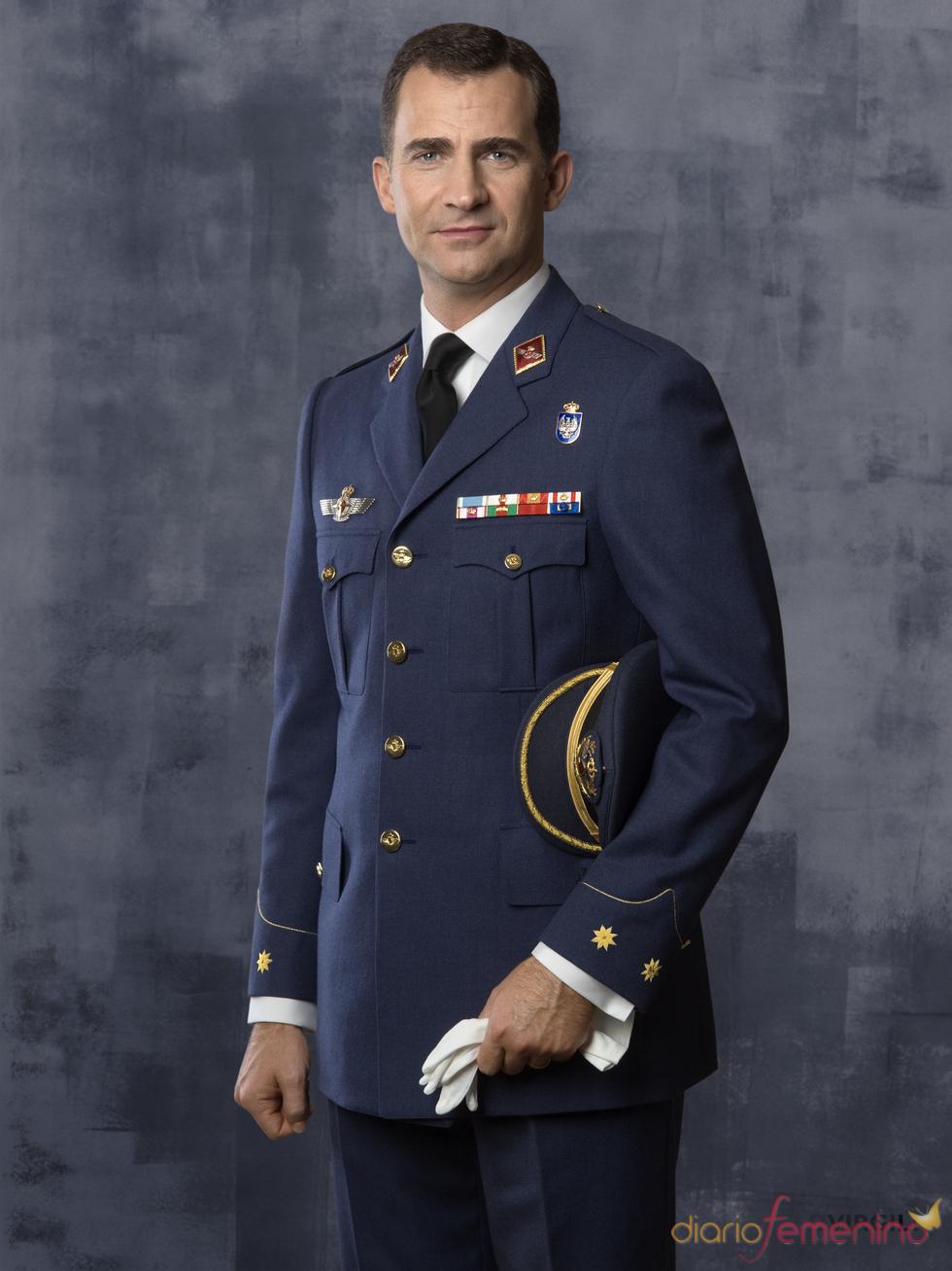 El Príncipe Felipe vestido con uniforme oficial