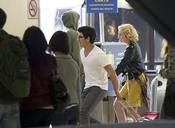 Joe Jonas y Chelsea Staub en el rodaje de 'JONAS'