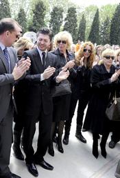 Ángel Cristo jr. se derrumba en el funeral de su padre