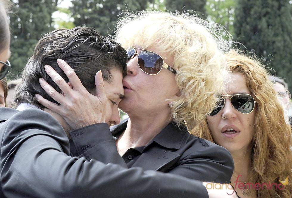 Bárbara Rey besa a su hijo en el funeral de Ángel Cristo