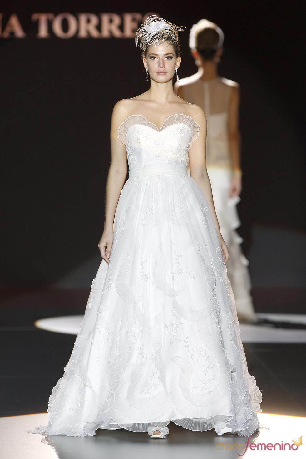 Ana Torres viste a la novia con elegancia