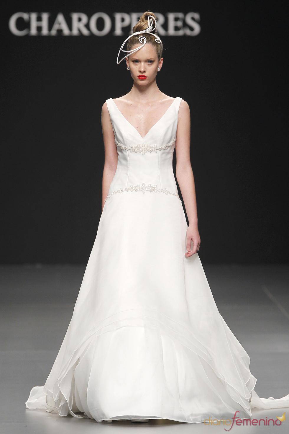 Vestido de novia con escote en pico de Charo Peres