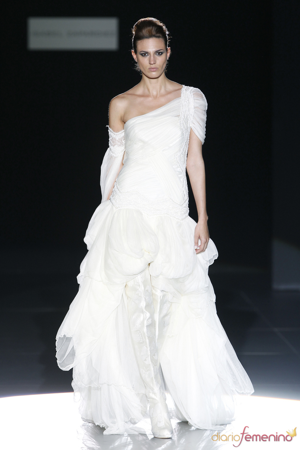 Vestido de novia asimétrico de Isabel Zapardiez