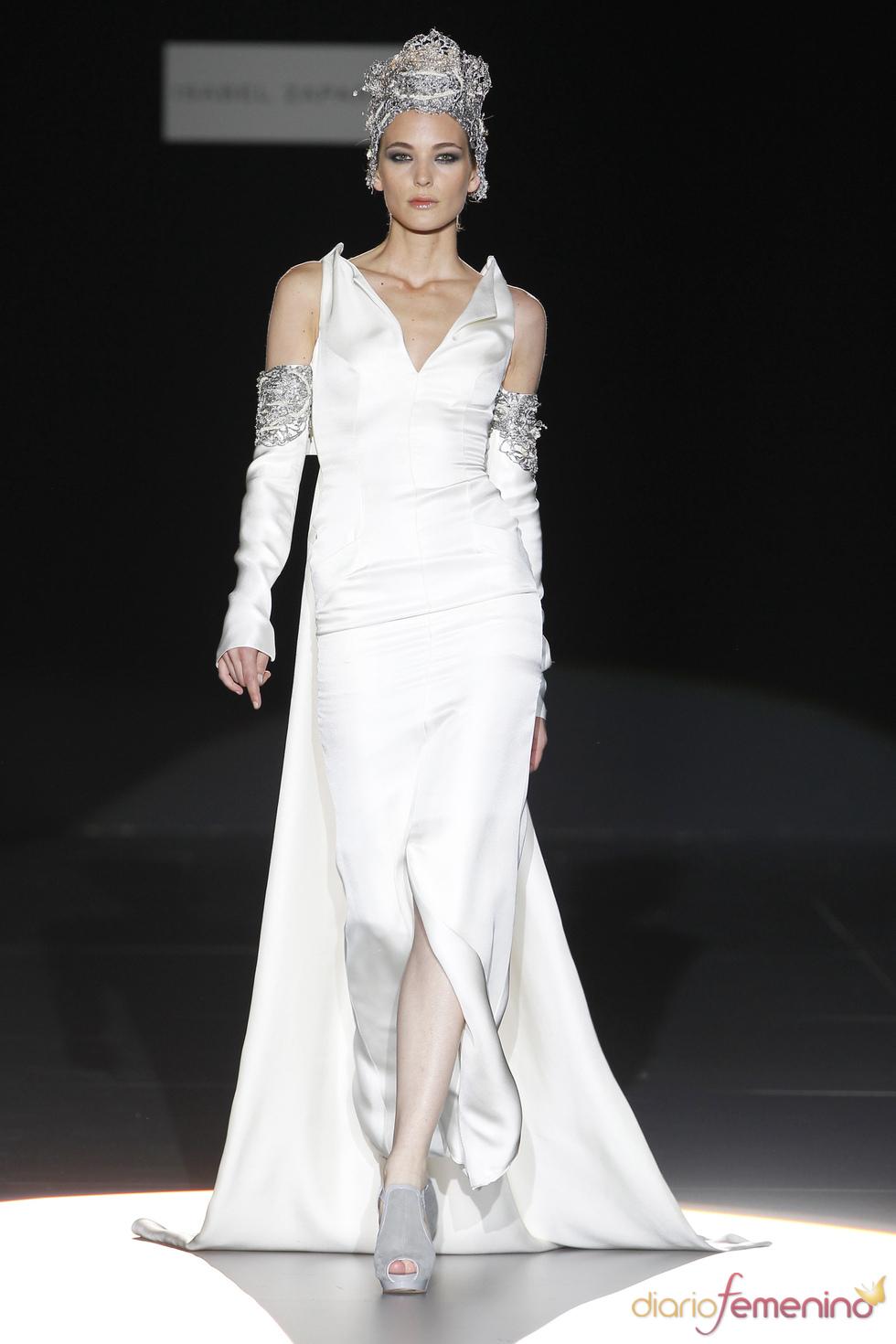 Vestido de novia con cola de Isabel Zapardiez