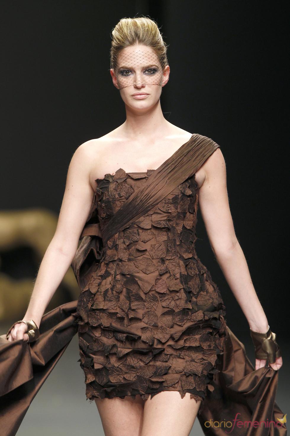 Vestido de fiesta marrón de Rafael Urquizar